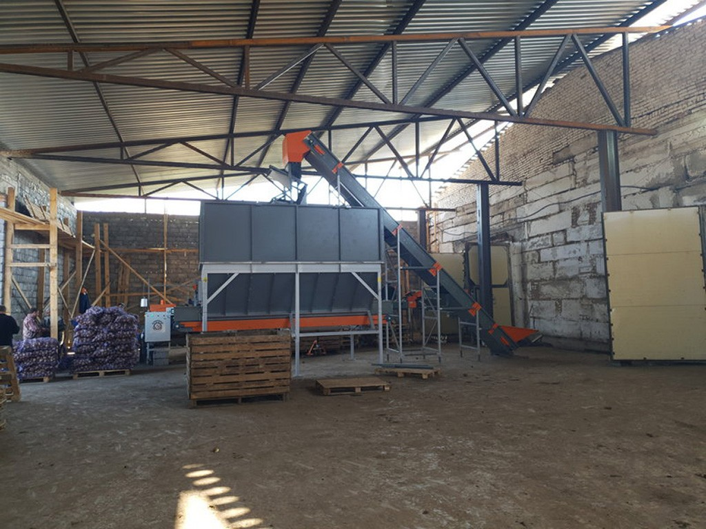 Накопительный бункер для овощей в работе