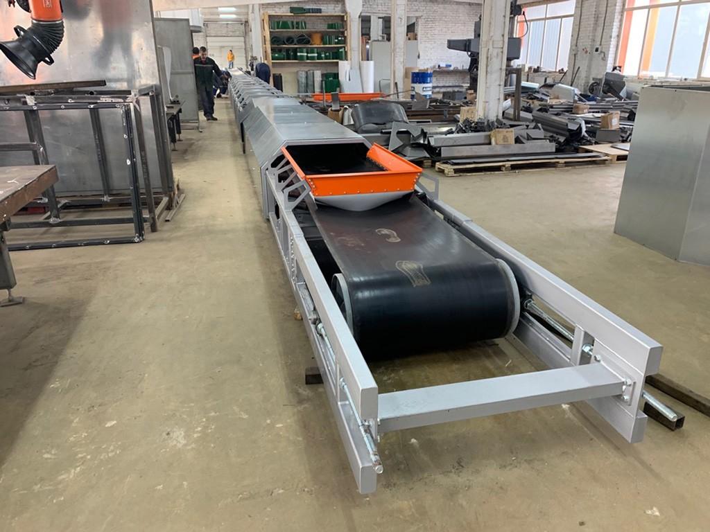 Длинный ленточный транспортер моркови